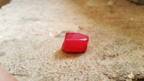 حجر ياقوت احمر  خام وزنه 50 قراط رائع جدا
