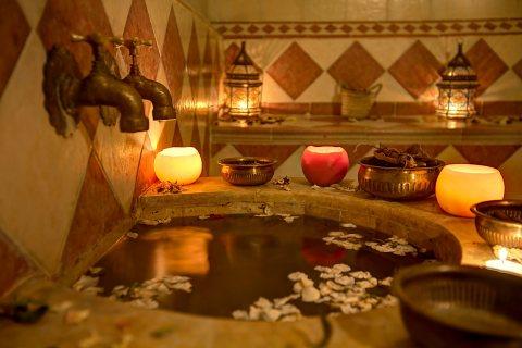 خبيرات حمام مغربي مختصات تثقن كل خلطات الأعشاب الطبيعية ا