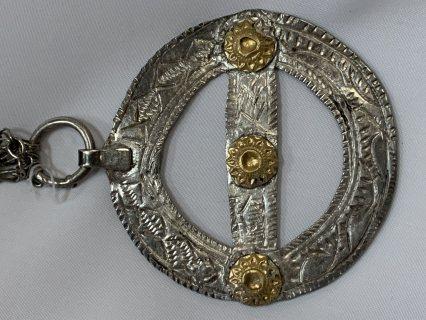 قطعة نادرة مصنوعة منذ أكثر من 90 عام من الفضة والذهب بصياغة يدوية تسمى (شمارة)